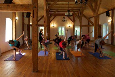 Zajęcia jogi na sali do warsztatów w BioRezydencji
