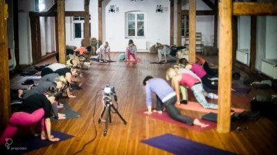Gimnastyka w sali do warsztatów na poddaszu