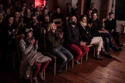 Zadowolona publiczność podczas spektaklu w BioRezydencji